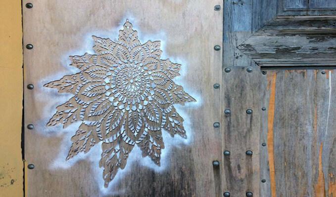 Una artista urbana pinta delicados patrones de encaje en edificios de medio mundo