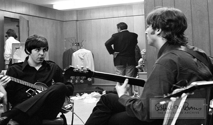25 fotos de los Beatles que nos muestran como eran detrás de los escenarios