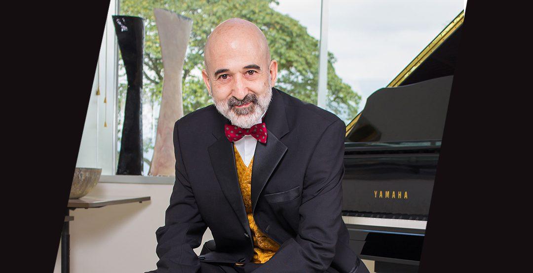 Carlos Urbaneja, el hombre detrás del piano